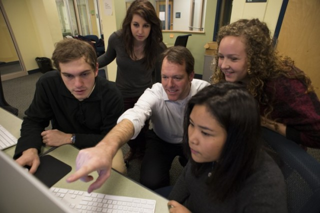 Mike Beaudet with Northeastern journalism students. Photo by Brooks Canaday/Northeastern University.